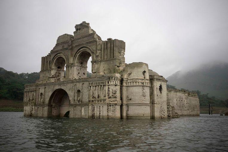 Het is zo droog in het gebied, dat het water van het meer tientallen meters is gezakt. Daardoor kwam de kerk voor een groot deel boven water te staan. Beeld AP