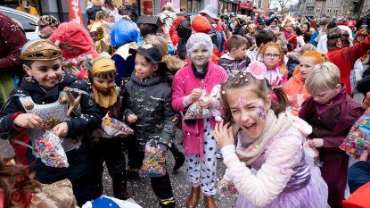 Meer dan 500 kinderen palmen centrum in met kleurrijke carnavalsstoet
