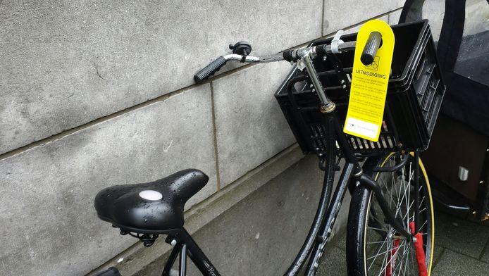 Fietsers kunnen vanochtend een uitnodiging aan hun stuur hebben hangen om een dag rond te rijden met een chip aan hun fiets, zodat de gemeente ze kan volgen.