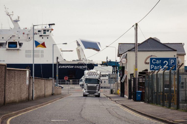 De haven van Larne, bij Belfast. Goederen die hier vanuit Schotland aankomen, gelden ineens als buitenlandse import.  Beeld Carlotta Cardana