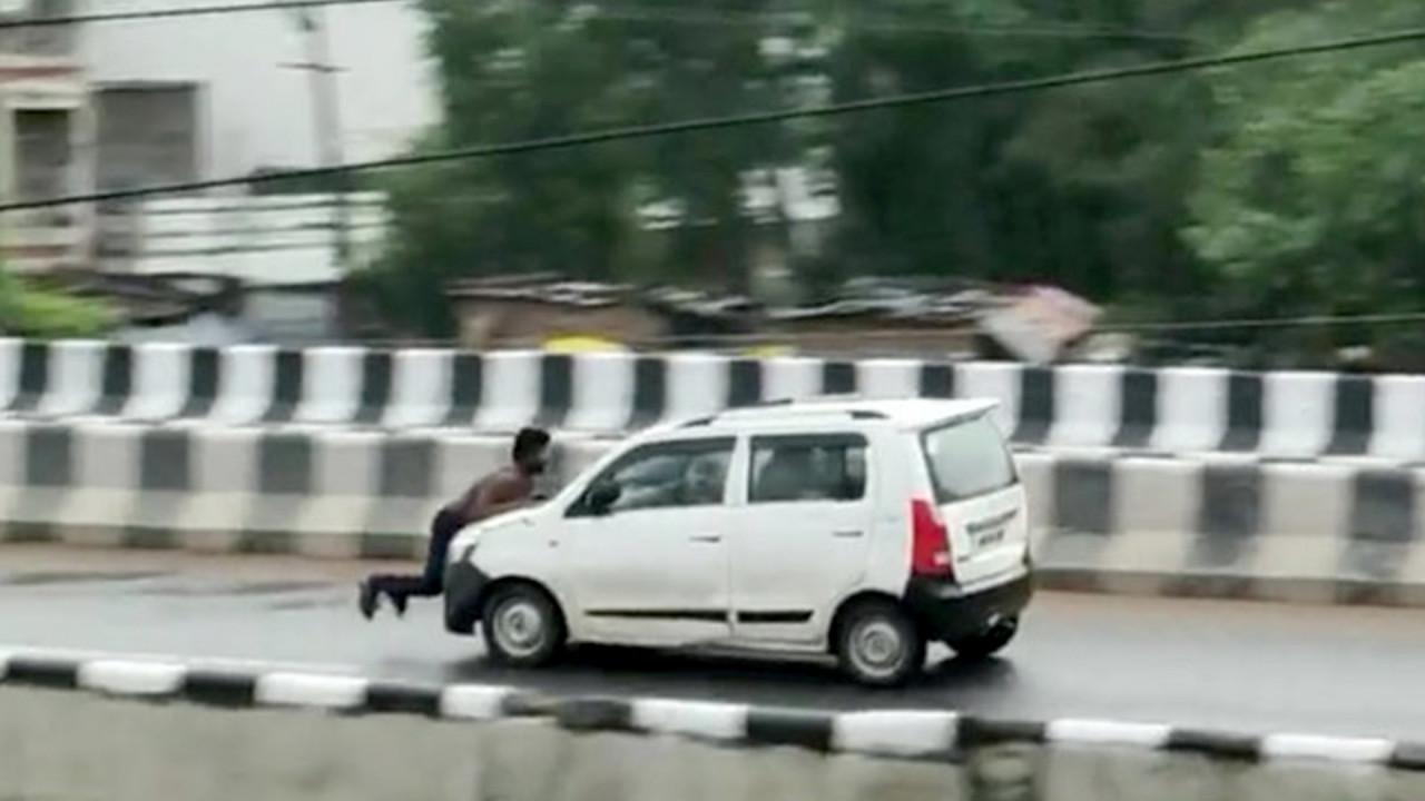 Une voiture a roulé sur une route avec un homme accroché au capot sur plusieurs kilomètres après une altercation.