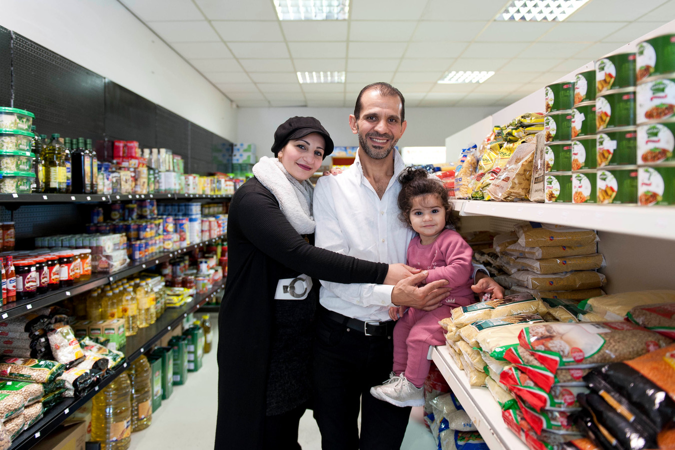 Nour (links) en Louai Kasoumeh zijn vluchtelingen uit Syrië. Vijf jaar geleden kwamen zij in Nederland. In de afgelopen jaren hebben zij met vallen en opstaan een nieuw bestaan op weten te bouwen in Raalte