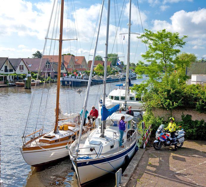 In de Woudwetering in Woubrugge komt een boot met bed&breakfast te liggen (foto ter illustratie).