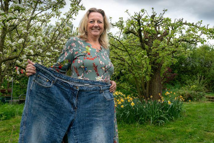 Margje Beekenkamp, met een spijkerbroek uit vroeger tijden.