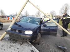 Auto rijdt lantaarn de grond uit in Groesbeek