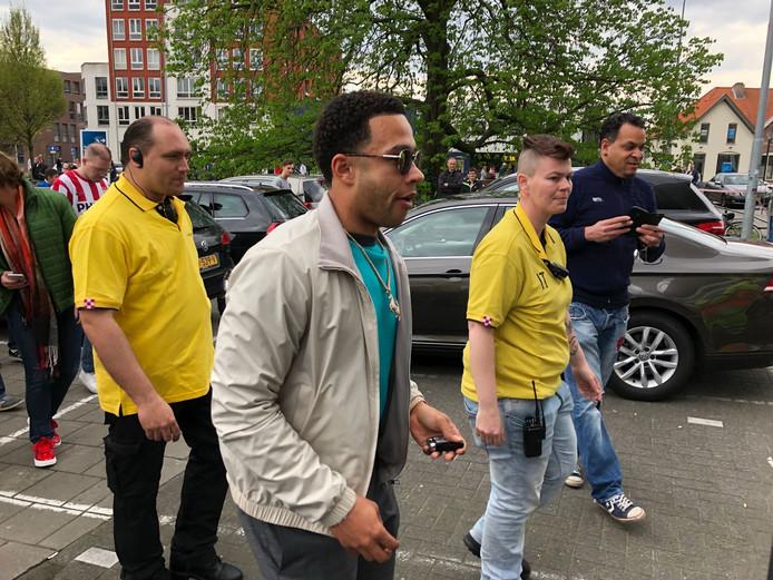 Memphis Depay arriveert bij het Philips Stadion.