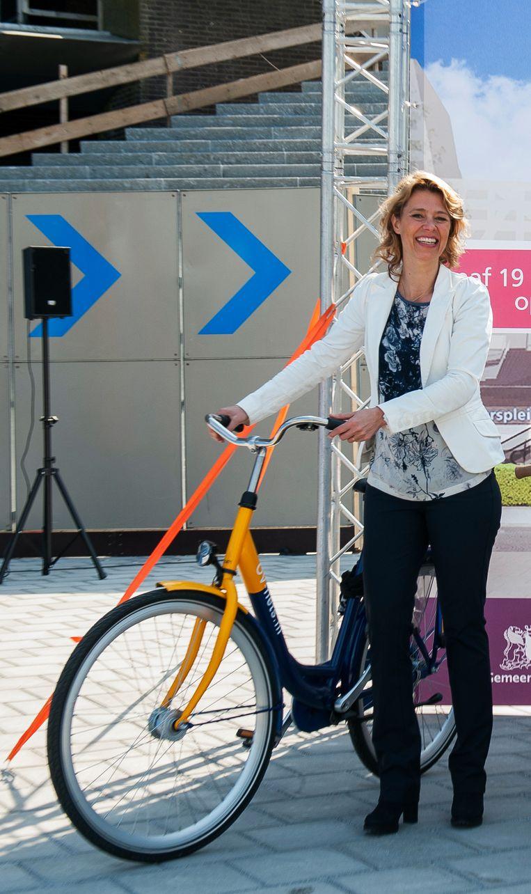 Boukje Bügel-Gabreëls bij de opening van een NS-fietsenstalling. Beeld Privécollectie