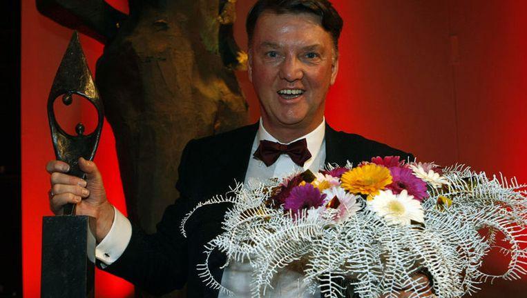 Van Gaal vond dat de prijs meer aan Vera Pauw behoorde. Hij gaf de bondscoach van het vrouwenvoetbalelftal de bloemen. ''Omdat ze het vrouwenvoetbal in Nederland op de kaart heeft gezet.'' Foto ANP Beeld