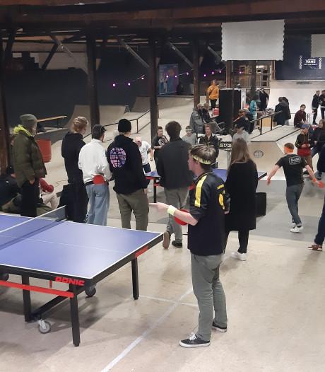 Pingpongen in Deventer skatebaanpark doorslaand succes en krijgt vervolg