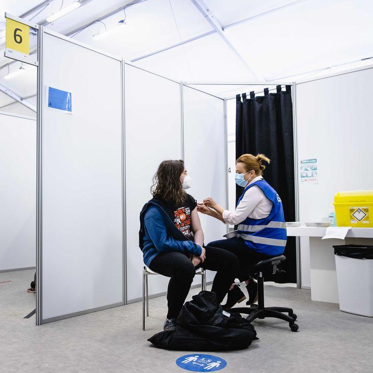 Een zorgmedewerker wordt gevaccineerd met het coronavaccin van AstraZeneca.  Beeld ANP