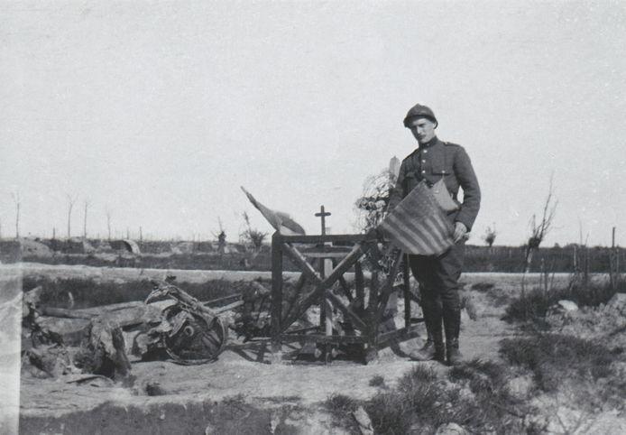 Een Belgische militair aan het graf van een Amerikaan, 1918