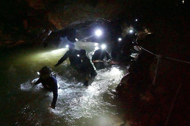 Bij de reddingsoperatie werden 15 jongens en hun voetbalcoach gered. Beeld Photo News