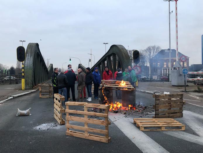 Meulestedebrug op de Muide in Gent werd bezet door stakers