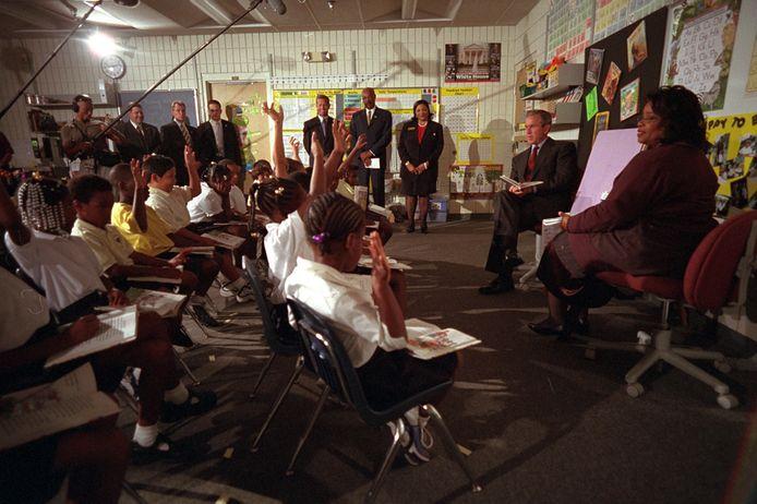 President George W. Bush geeft op het moment van de aanslagen een lezing in een basisschool in Florida.