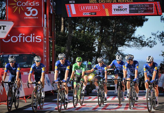 Fabio Jakobsen (in de groene trui) komt samen met zijn ploeggenoten over de finish van de twintigste etappe in de Ronde van Spanje.