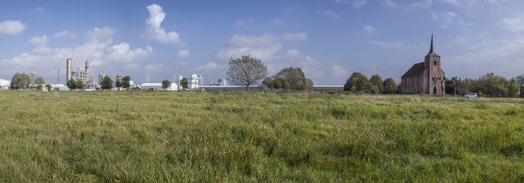 Van het dorpje Heveskes is alleen nog het kerkje overgebleven. De rest is gesloopt om plaats te maken voor industrieterreinen. Beeld Harry Cock