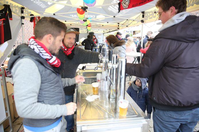 en archiefbeeld van de jaarmarkt in Sint-Pieters-Leeuw in 2019. Enkel erkende Leeuwse verenigingen mogen dit keer alcohol schenken.