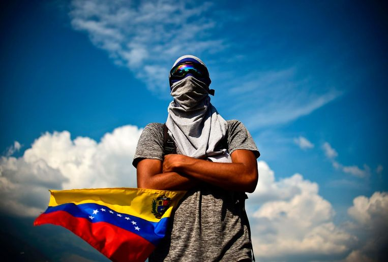 TOPSHOT - A Venezuelan opposition activist demonstrates against President Nicolas Maduro in Caracas, on April 24, 2017. Protesters rallied on Monday vowing to block Venezuela's main roads to raise pressure on Maduro after three weeks of deadly unrest that have left 21 people dead. Riot police fired rubber bullets and tear gas to break up one of the first rallies in eastern Caracas early Monday while other groups were gathering elsewhere, the opposition said.  / AFP PHOTO / RONALDO SCHEMIDT Beeld afp