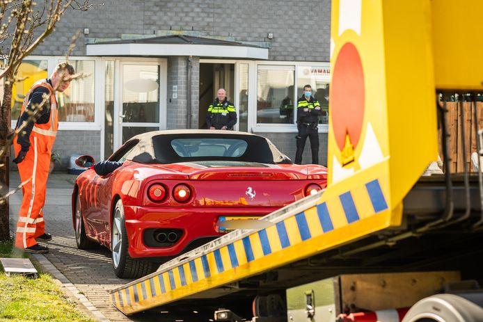 Bij een bedrijfsloods in Ameide heeft de politie onder andere een Ferrari en een Corvette in beslag genomen.