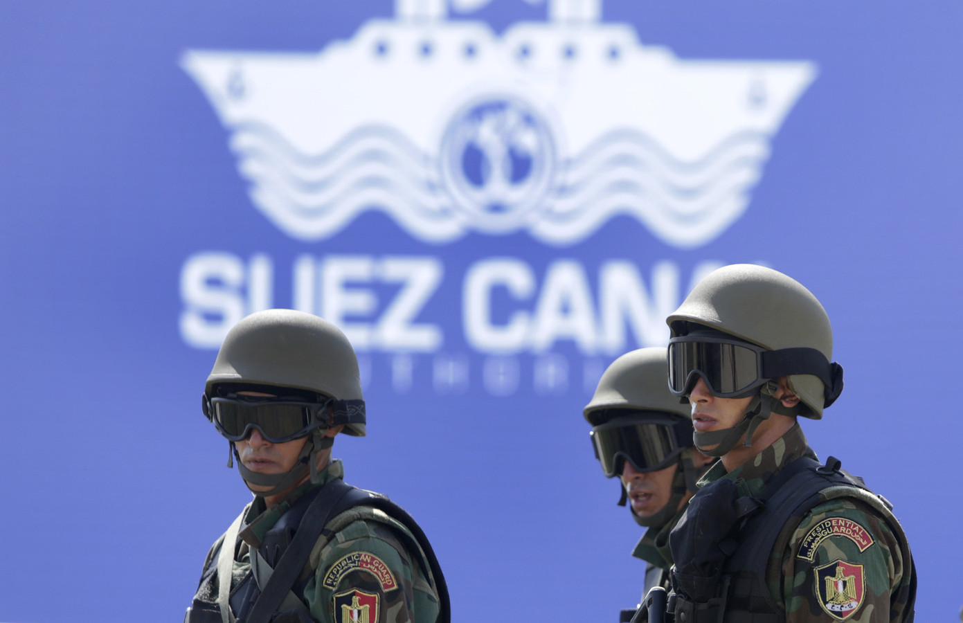 Egyptische soldaten houden de wacht bij de openingsceremonie van het Suezkanaal.