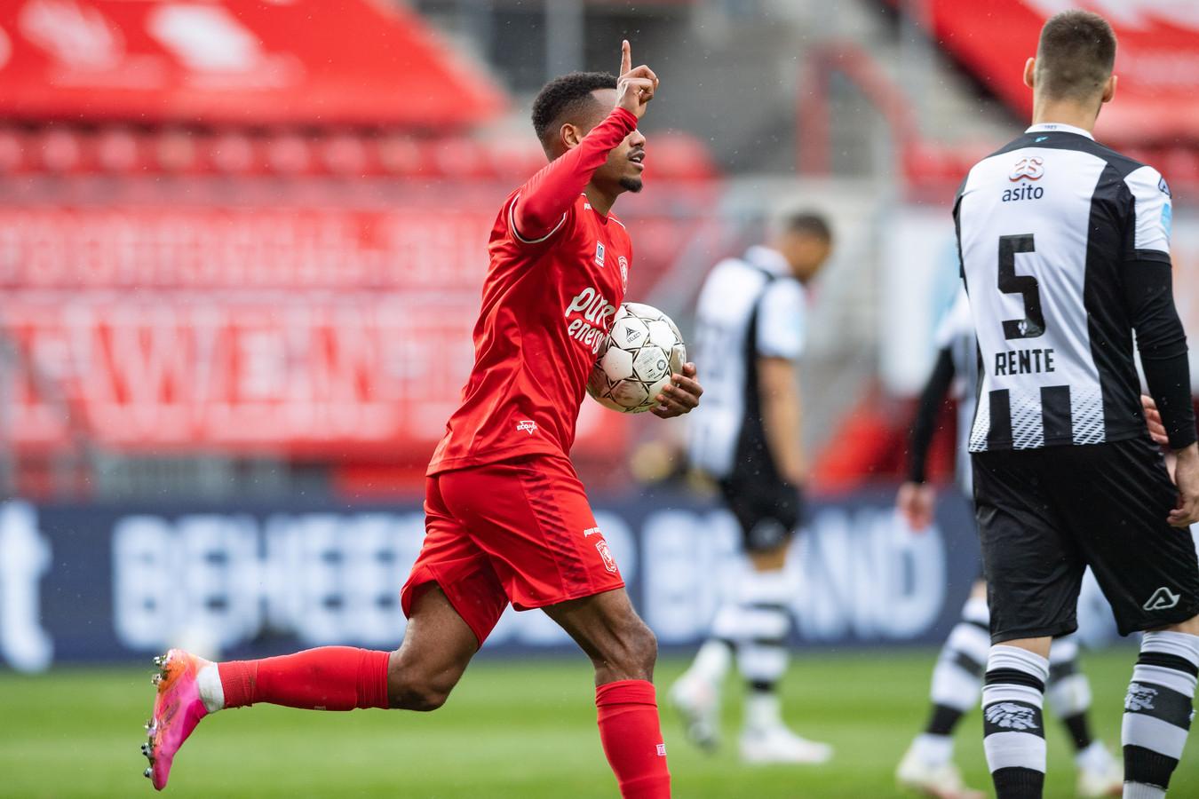 FC Twente-aanvaller Danilo juicht na zijn gelijkmaker tegen Heracles Almelo.