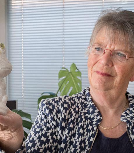 Waarom moeder Annie al 42 jaar een foeilelijke kikker in huis heeft staan: 'Ik vind hem steeds mooier'
