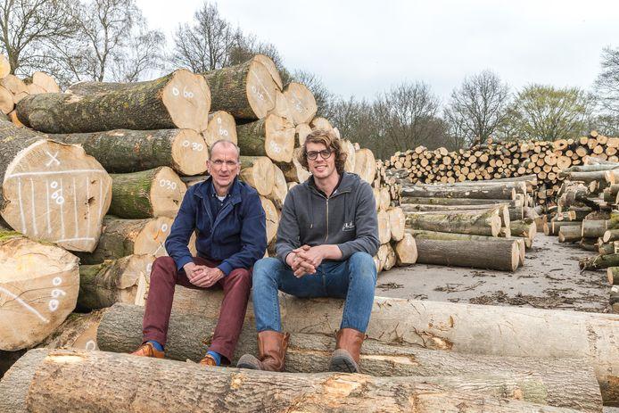 Theo Wolters (gemeente Zwolle) en Cor Wobma van Binthout tussen de gekapte essen die in 2018 door de gemeente bij de houtverwerker werden geleverd (foto uit 2018).