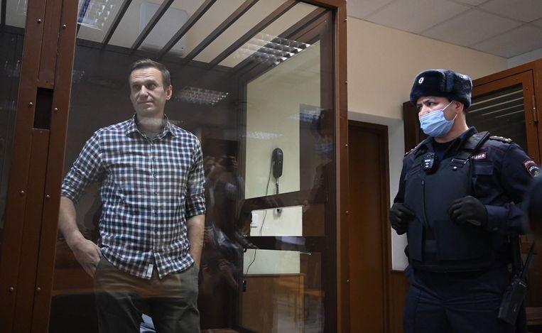 Navalny verbleef in een glazen kooi tijdens de rechtszaak. Beeld AFP