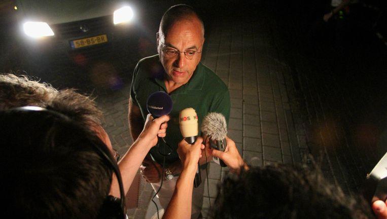 Advocaat Oscar Hammerstein praat in de nacht van maandag op dinsdag met de pers bij de villa van de dood aangetroffen Sjoerd Kooistra. Foto ANP Beeld