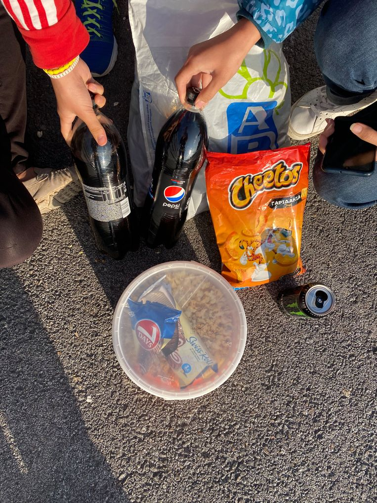 eten van  het gezin Qurbani uit Afghanistan: moeder Chamangol (40) en de dochters Nargess (15) en Mohadese (12). Zoon Ehsan (5)  Beeld Thijs Kettenis