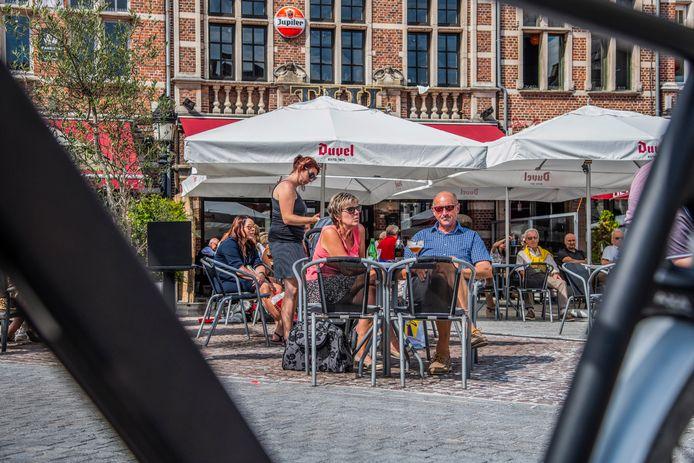 Genieten op een terrasje op de Grote Markt in Dendermonde vanaf 1 mei? De burgemeesters in deze regio wachten daarvoor de beslissingen van het Overlegcomité af.