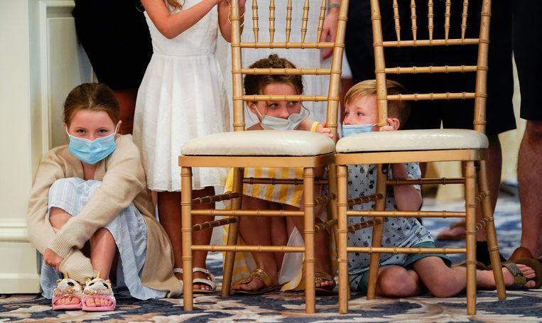 Kinderen met mondmaskers in het Witte Huis.