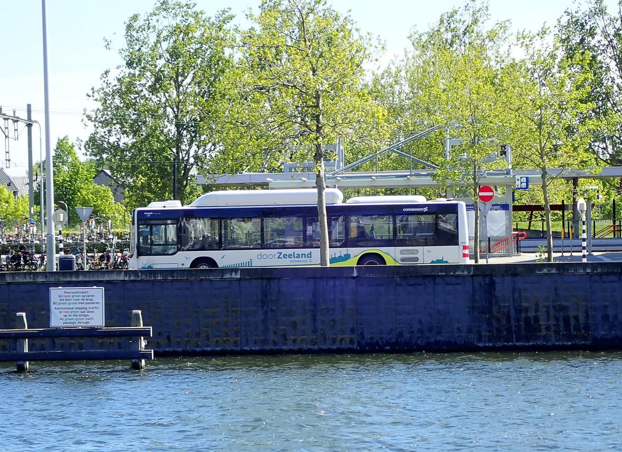 Bus van Connexxion bij station Middelburg.