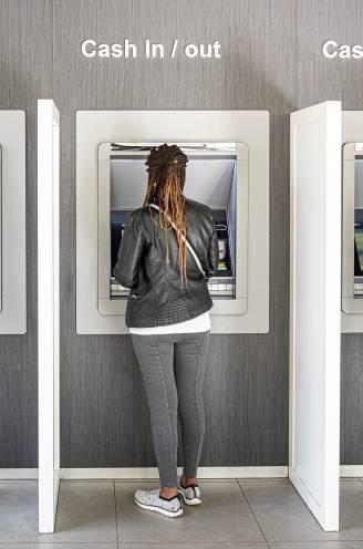 """Van 5.000 naar 2.200 bankautomaten, maar waarom haal jij nog geld uit de muur? """"Voor pintjes en de kapper"""""""