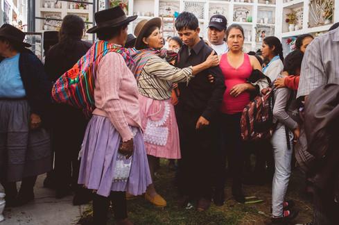 Foto van Allerheiligen in Peru: een bijverdienste voor kinderen die graven poetsen