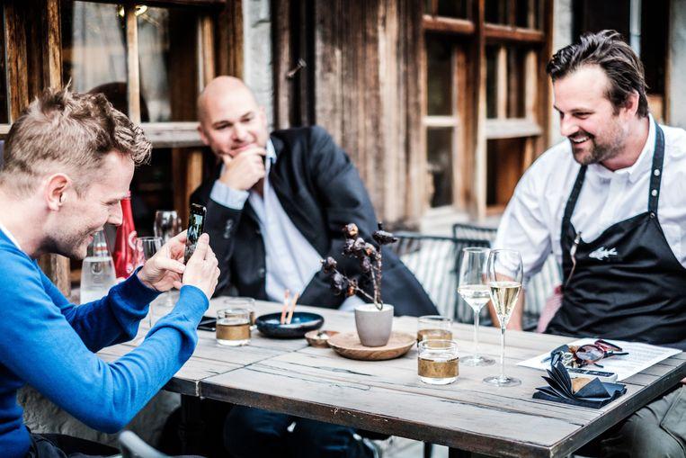 Tom De Cock neemt een foto van chef Willem Hiele voor Instagram. Beeld Bob Van Mol