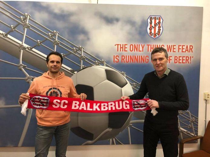 Johan Splinter heeft alvast een sjaal van zijn nieuwe club.
