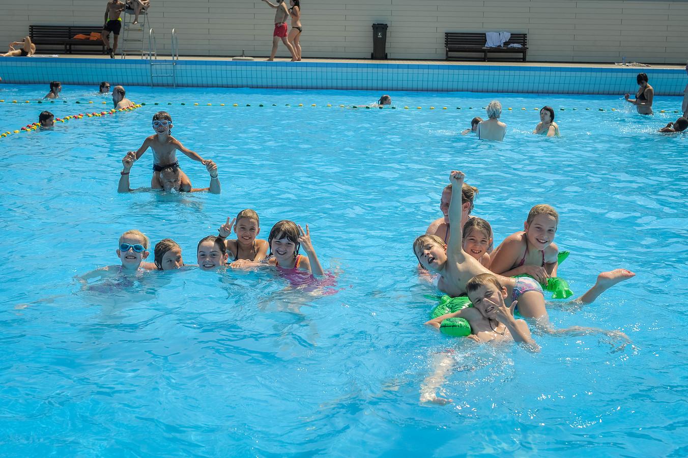 In zwembad De Molen op Linkeroever genieten kinderen met volle teugen van het mooie weer.