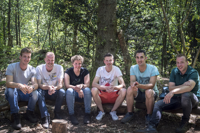 Dichterbij kwam Kevin zelden bij Steffie, hier nog met vijf kandidaten tijdens de survivaldate. FOTO LISELLE DEUNK
