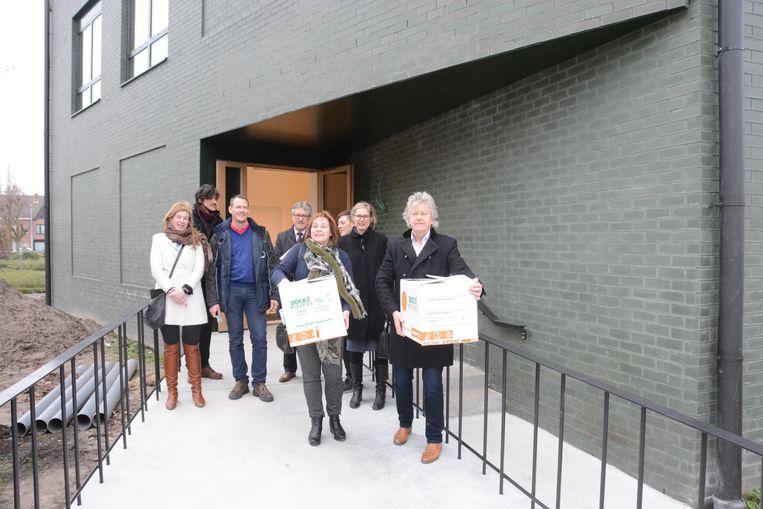 Burgemeester Chris Lippens en schepen Chantal Vergauwen helpen mee bij de verhuizing.