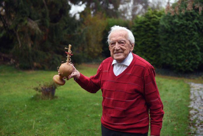 Alfons Leempoels (103) met de trofee die hij gekregen heeft van z'n kinderen na de marathon