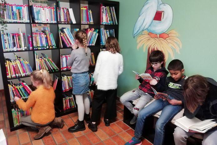 De school investeerde in boeken en meubilair.
