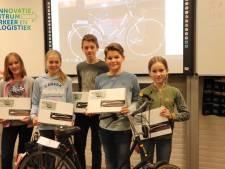 Osse scholieren geven licht in het donker met 'ambulancestrepen' op de fiets