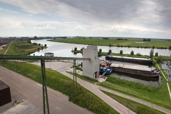 De industriehaven aan het Zwarte Water in Genemuiden. Na uitbreiding moeten hier eind 2013 niet alleen meer en grotere schepen kunnen laden en lossen, maar komt er ook ruimte voor extra watergebonden bedrijvigheid.foto Freddy Schinkel