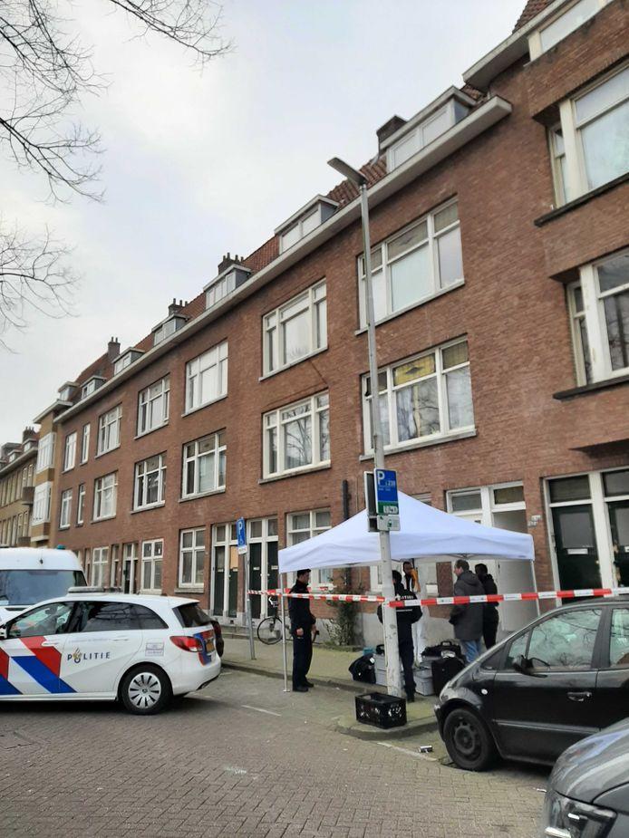 Een forensisch team van de politie is aanwezig en voert onderzoek uit in de woning aan de Bas Jungeriusstraat.