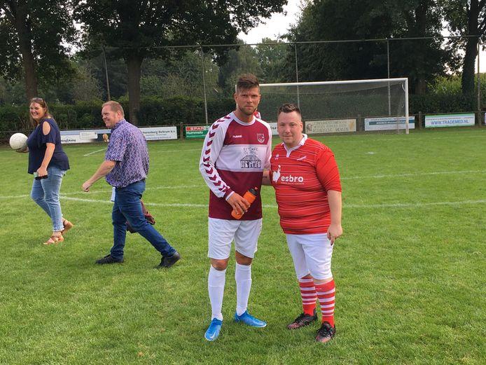 Klaas-Jan Huntelaar als speler van HC'03 op de foto met Barry Boerboom van tegenstander Concordia Wehl.