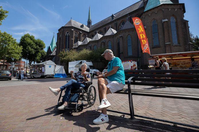 De donderdagmarkt op het Trudoplein in Strijp is voor sommige mensen ook een sociaal uitje.
