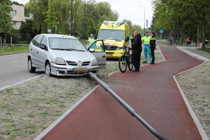 Automobilist botst op lataarnpaal in Rijswijk en raakt gewond