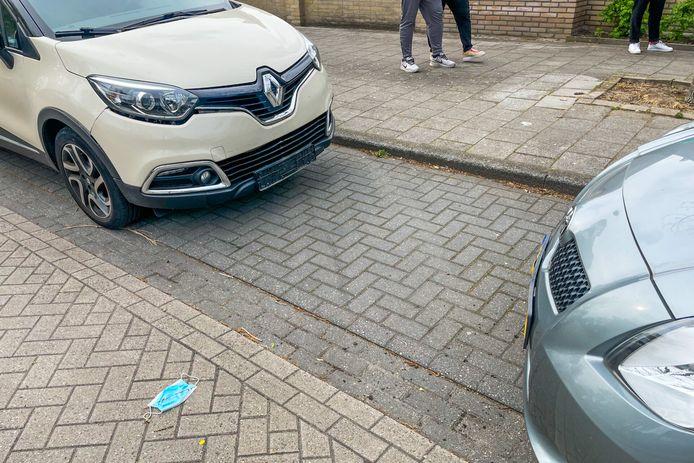 Dronken automobilist botst tegen geparkeerde auto's in Eindhoven.
