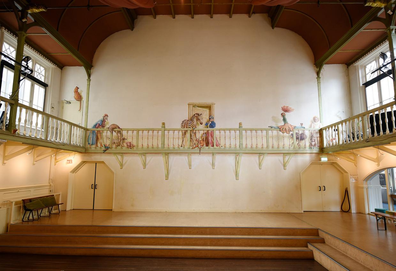 Alle figuren op de muurschildering van Thérèse van Gelder in het oude pand van De Krakeling zijn verbonden met theater. Beeld Diana Kok